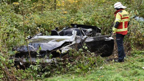 Sportwagen schleudert gegen Bäume - zwei Tote