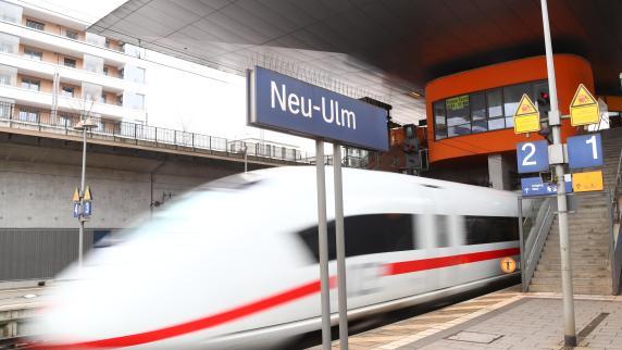 Neu-Ulm: Von wegen neuer ICE-Halt: Zug lässt Pendler in der Kälte stehen