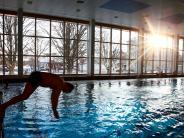 Neu-Ulm: Chlorgas löst Großeinsatz aus: Hallenbad gesperrt, Frau verletzt