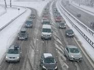 Polizei: Wintereinbruch bringt lange Staus und Unfälle