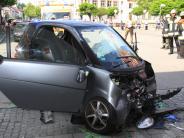 In Ingolstadt: Smart knallt ungebremst gegen Hausmauer - Mutter und Kind schwer verletzt