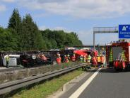 A9 bei Denkendorf: Autotransporter kippt um: Fahrer stirbt
