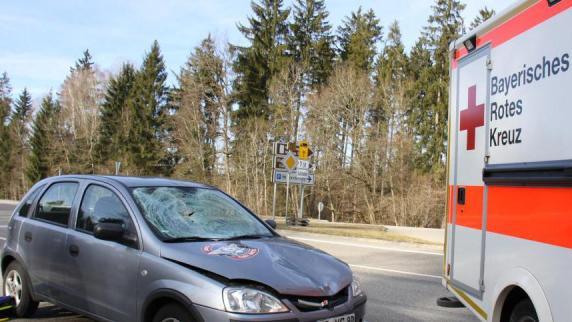 Tödlicher Unfall: Seniorin will Bundesstraße überqueren und wird von Pkw erfasst