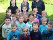 : Kinder helfen mit kleinen Bärchen