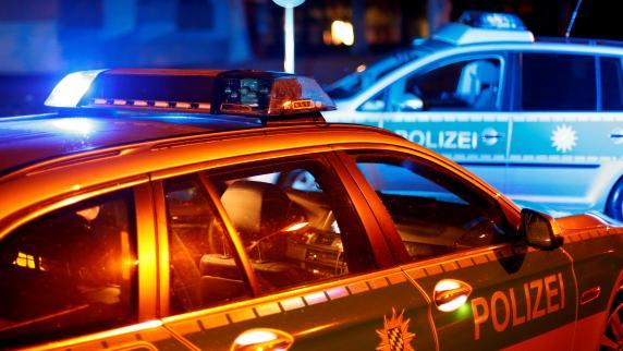 Angriff mit einem Messer: Unbekannter überfällt 26-Jährigen und verletzt ihn schwer