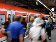 München: Mann bedroht Frauen in S-Bahn - Reisender überwältigt ihn