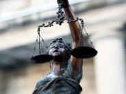 Prozess in Aichach: Eifersucht: Junge Frau schlägt Freundin