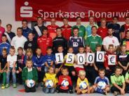 Spende: 15000 Euro für junge Fußballer
