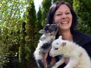 Tiere: Ihre Pflegekinder sind zwei Lämmer