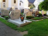 Friedhof: In Laub entstehen tiefe Gräber