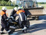 Verkehrsunfall: Motorradfahrer prallt gegen Traktorschaufel