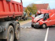 Möttingen: Transporter kollidiert mit Lastwagen auf der B25