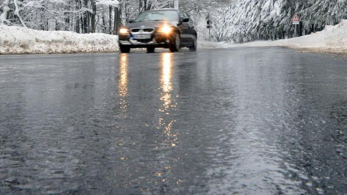 Immer-schoen-langsam-Regen-beendet-das-Wintergastspiel-und-sorgt-fuer-gefaehrliches-Glatteis-auf-dem-gefrorenen-Boden.jpg