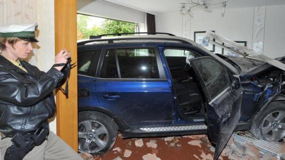 mit Auto in Doppelhaus  Promis, Kurioses, TV  Augsburger Allgemeine