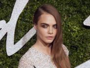 Model auf Instagram: Instagram-Schnappschuss: Cara Delivingne albert rum mit bemalten Zehen