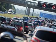 Staugefahr: Ferienbeginn in Bayern: Reisende stehen auf A 8 kilometerlang im Stau