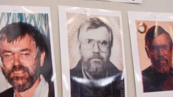 Bildern des möglichen Täters bei einer Pressekonferenz im hessischen ...