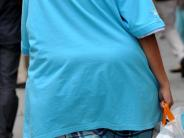 Fettleibigkeit: DAK-Studie: Übergewichtige kämpfen gegen Pfunde und Vorurteile
