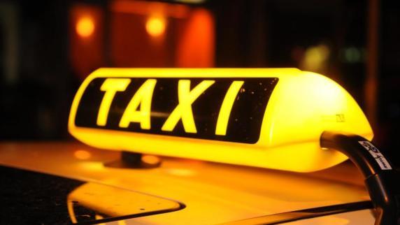 Taxler überfährt Fahrgast auf der Kapuzinerstraße und flüchtet