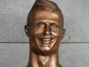 "Internet: ""Chucky"" mit Tolle: Netz spottet über Ronaldo-Büste"