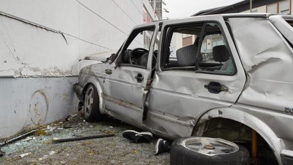 Altenkirchen: Teenager rast mit altem Auto gegen Wand und stirbt