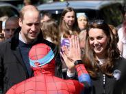 Britische Royals: Prinz William, Kate und Harry knuddeln Läufer