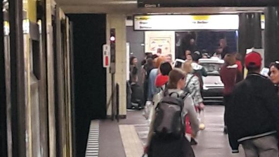 Auto fährt in Berlin Treppe zur U-Bahn hinunter - Verletzte