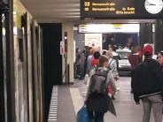 Mehrere Verletzte: Auto fährt in Berlin U-Bahn-Treppe hinunter