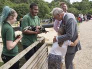 Er ist der Beste: Großer Fan:Achtjährige umarmt Prinz Charles