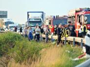 Rettungskräfte behindert: Polizei verwarnt 20 Gaffer: 60 Euro und ein Punkt