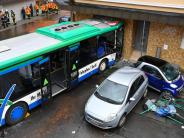 Der-beschaedigte-Schulbus-an-der-Fassade
