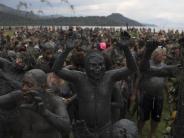 Karneval: Großes Helau bei Schlammparty in Brasiliens