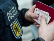 Passau: Klopfgeräusche und Rufe: Zwölf Flüchtlinge in Kastenwagen gesperrt
