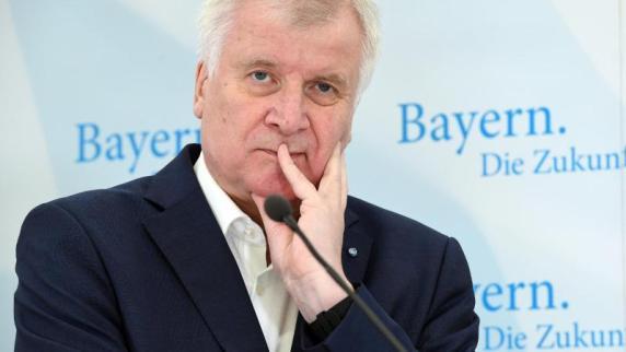 Flüchtlingspolitik: Seehofer distanziert sich scharf von Merkel