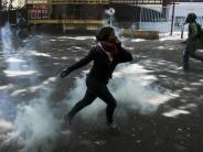 Gegen eine drohende Diktatur: Ausschreitungen in Caracas: Demonstrant erschossen