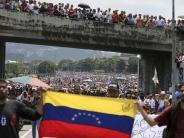 Autobahn blockiert: Massendemo gegen Venezuelas Präsidenten