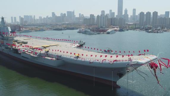 China lässt ersten eigenen Flugzeugträger zu Wasser