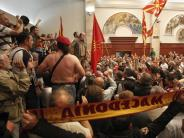 Jagdszenen im Parlament: Mazedoniens Krise mündet in Gewalt