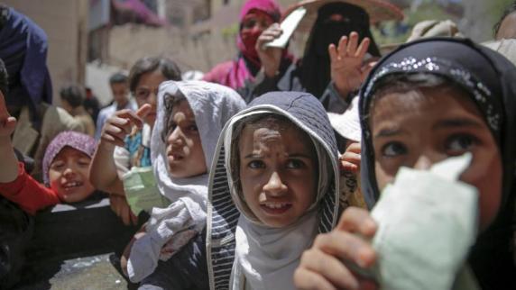Einwohner von Sanaa warten von einer lokalen Wohltätigkeitsorganisation auf eine