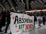 Überprüfungen laufen: Achter Abschiebeflug erreicht Kabul