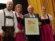 Jubiläum: Burschen feiern mit Fackelzug und Dampfnudelgebläse