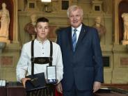 München/Klosterelchfeld: Ministerpräsident zeichnet jungen Lebensretter aus