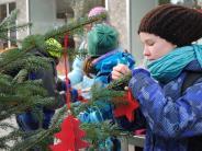 Bobingen: Kinder schmücken Bäume in Bobingen