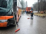 Mickhausen: Lkw-Anhänger rammt Bus auf der Mickhauser Bergstrecke