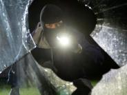 Kreis Augsburg: Maskierter Einbrecher bedroht Greenkeeper mit Eisenstange