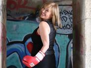 Königsbrunn: Eine Kabarettistin boxt sich durch