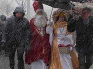 Eröffnung: Nikolaus und Christkind bewahren auch im Schneetreiben Haltung