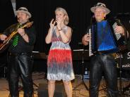 Fasching: Harlekine tanzen im Schlosshofsaal
