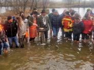 Kaltwassergrillen: Barfuß im kalten Wasser