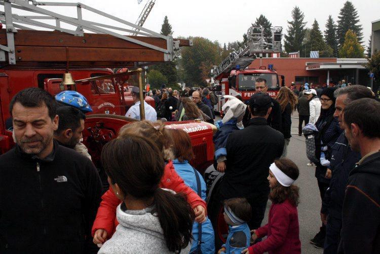 Die Freiwillige Feuerwehr (FFW) Königsbrunn zeigte beim Tag der offenen Tür, wie sie bei Einsätzen vorgeht